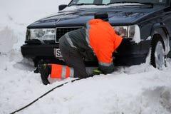 Voiture dans la neige prête pour la traction Image libre de droits