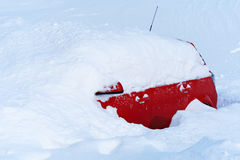 Voiture dans la neige profonde Images stock