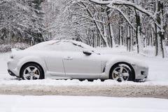 Voiture dans la neige sur la forêt image libre de droits