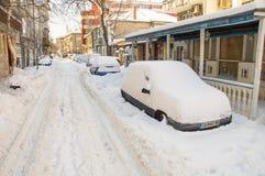 Voiture dans la neige sur la rue dans le Bulgare Pomorie, hiver Photographie stock libre de droits