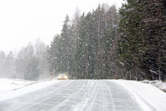 Voiture dans la tempête de neige photographie stock libre de droits