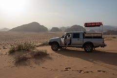 voiture 4x4 dans le désert photo stock