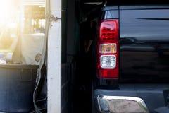 Voiture dans le parking à la maison image stock