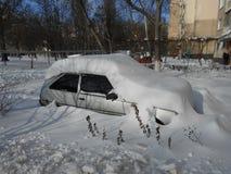 Voiture dans les dérives de neige Image stock