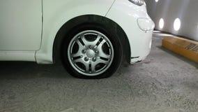 Voiture de blanc de pneu crevé image stock