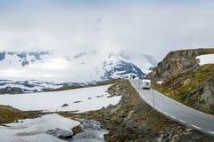Voiture de campeur à la route 55, Sognefjellet, Norvège Images libres de droits