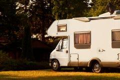 Voiture de campeur de caravane sur le terrain de camping Image stock