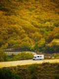 Voiture de campeur en montagnes Meteora Grèce photos stock