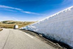 Voiture de campeur en montagnes norvégiennes photographie stock