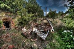 Voiture de chute devant une briqueterie abandonnée photo libre de droits