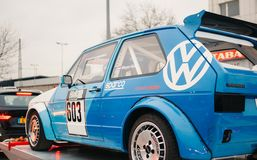 Voiture de course bleue de Volkswagen GTI photo stock