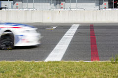 Voiture de course croisant la ligne d'arrivée Image libre de droits