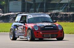 Voiture de course de Mini Cooper S photographie stock libre de droits