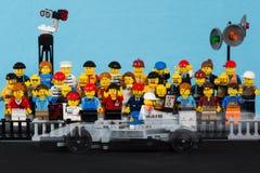 Voiture de course du formule 1 de Lego se déplaçant devant l'assistance Image libre de droits