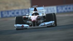 Voiture de course F1 sur le circuit de désert - ligne d'arrivée