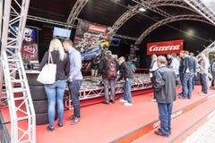 Voiture de course miniature de Carrera emballant emballant la cabine Photographie stock