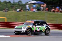 Voiture de course professionnelle de MINI Cooper sur le cours Photographie stock libre de droits