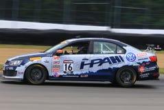 Voiture de course professionnelle de Volkswagon Jetta GLI sur la voie Image libre de droits