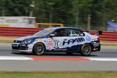 Voiture de course professionnelle de Volkswagon Jetta GLI sur le cours Images stock