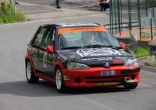Voiture de course de rassemblement de Peugeot 106 Photographie stock libre de droits
