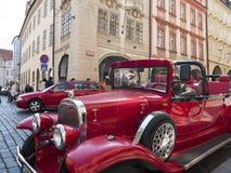 Voiture de cru de reproduction prenant des touristes autour de la ville de Prague photos stock