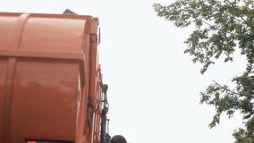Voiture de déchets en bas du récipient Retrait des déchets de l'appartement clips vidéos
