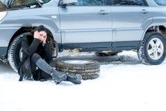 Voiture de défaut pendant l'hiver Jeune belle fille essayant de réparer t Photographie stock libre de droits