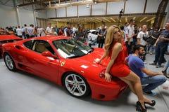 Voiture de Ferrari montrée à la 3ème édition de l'EXPOSITION de MOTO à Cracovie Image stock