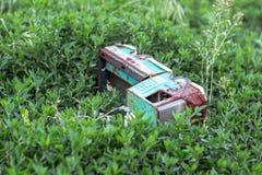 Voiture de jouet dans l'herbe Photo stock