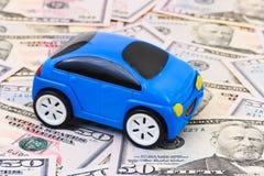 Voiture de jouet sur le fond d'argent Photo stock