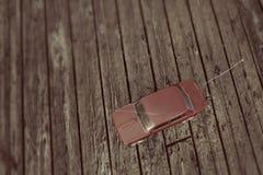 Voiture de jouet sur le parquet en bois Image stock