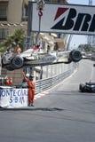 Voiture de la formule 1 étant prise hors de la course chez Grand prix du Monaco Photos stock