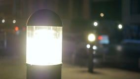 Voiture de lanternes de rue de brouillard banque de vidéos