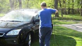 Voiture de lavage de client de travailleur extérieure avec l'outil à haute pression de l'eau clips vidéos