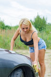Voiture de lavage de femme avec l'éponge Photographie stock