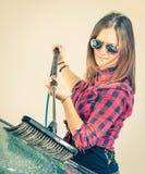 Voiture de lavage de jeune femme avec la brosse image libre de droits