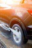 Voiture de lavage utilisant l'eau à haute pression Photographie stock