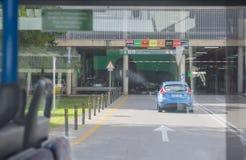Voiture de location retournée au garage d'aéroport Photographie stock
