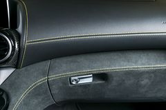 Voiture de luxe moderne à l'intérieur Intérieur de voiture moderne de prestige Système de ventilation d'a/c Habitacle en cuir per images stock
