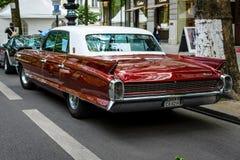 Voiture de luxe normale Cadillac Fleetwood, 1962 blanc d'isolement de vue arrière Photographie stock libre de droits