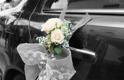 Voiture de mariage avec des fleurs Image stock