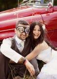 Voiture de mariage avec des jeunes mariés Image stock