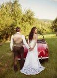 Voiture de mariage avec des jeunes mariés Photo libre de droits