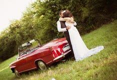 Voiture de mariage avec des jeunes mariés Photos libres de droits