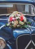 Voiture de mariage de vintage avec des fleurs Photo libre de droits