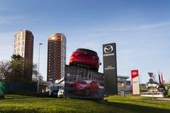 Voiture de Mazda 3 devant le concessionnaire construisant le 31 mars 2017 à Prague, République Tchèque Photographie stock