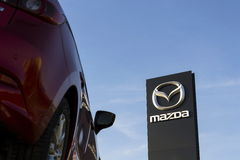 Voiture de Mazda 3 devant le concessionnaire construisant le 31 mars 2017 à Prague, République Tchèque Images stock