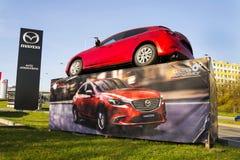 Voiture de Mazda 3 devant le concessionnaire construisant le 31 mars 2017 à Prague, République Tchèque Photos libres de droits