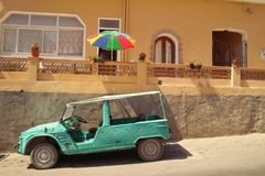 Voiture de Mehari garée dans la rue photographie stock libre de droits