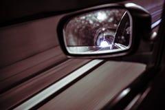 Voiture de miroir gauche à l'intérieur d'un tunnel photo stock